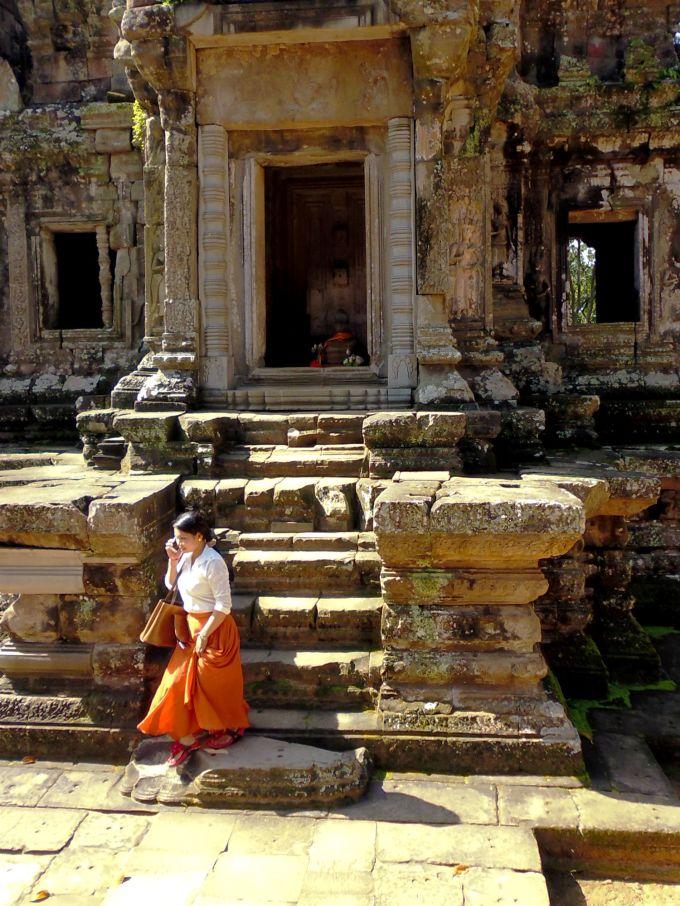 vrouw verlaat tempel